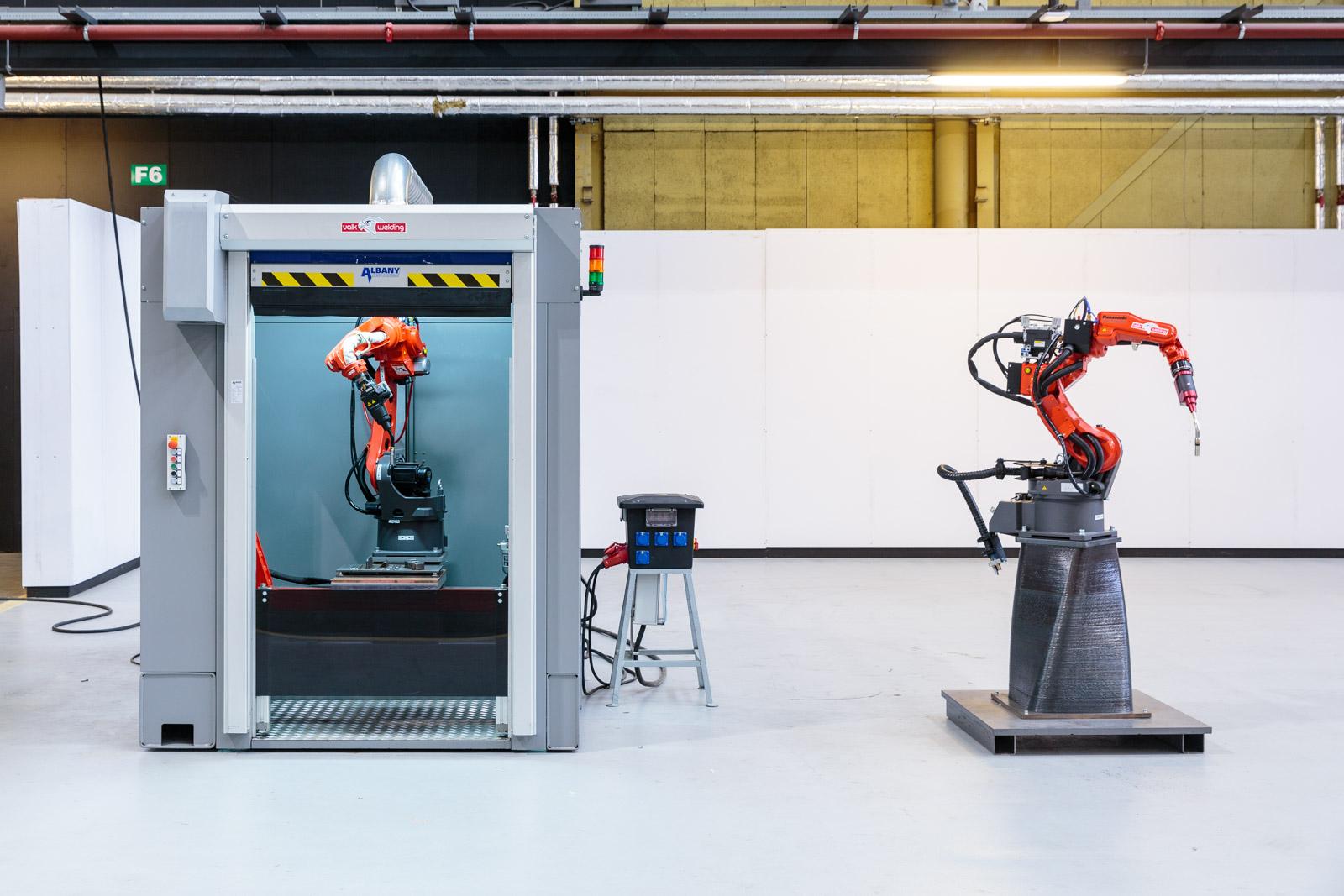 Nederland, Rotterdam, 2016.RDM, Heijplaat, het nieuwe fieldlab waar het Havenbedrijf in investeert. nieuwe 3D printer, 3D geprinte sokkel en lasrobot Foto: Freek van Arkel